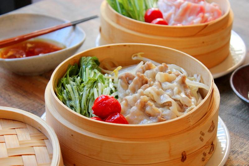 たっぷりの豚肉と野菜をヘルシーに食べられるレシピ、「豚肉と野菜のせいろ蒸し」は、ごちそう続きの胃腸にとてもおすすめです。忙しいこの時期に、時短で簡単なのも